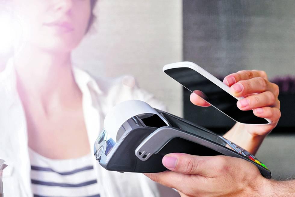 Una clienta paga con su teléfono móvil, un gesto cada vez más común.