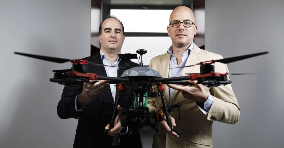 Jorge Gómez, a la izquierda, y Rafael Aguado, cofundadores de Canard Drones, en la sede de su empresa en Leganés.