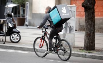 Un repartidor de Deliveroo circula por Madrid.