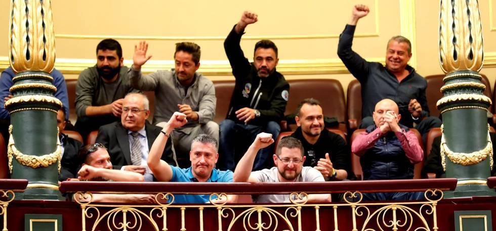 Un grupo de estibadores, hoy en el Congreso.