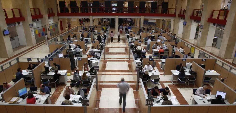 Centro de atención al contribuyentede la Agencia Tributaria de Madrid de la calle Guzmán el Bueno.