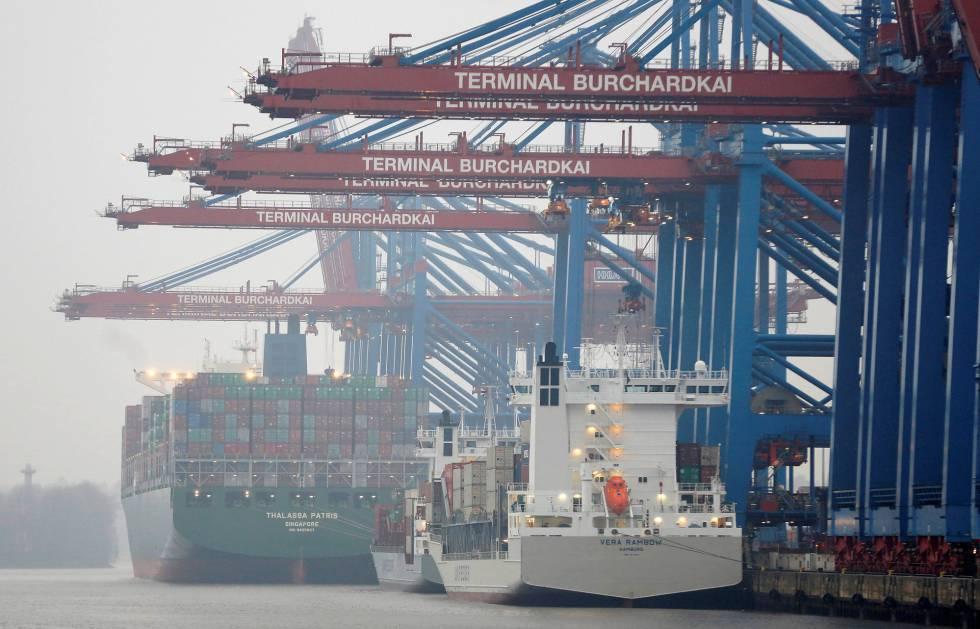 Barcos de carga en el puerto de Hamburgo (Alemania).