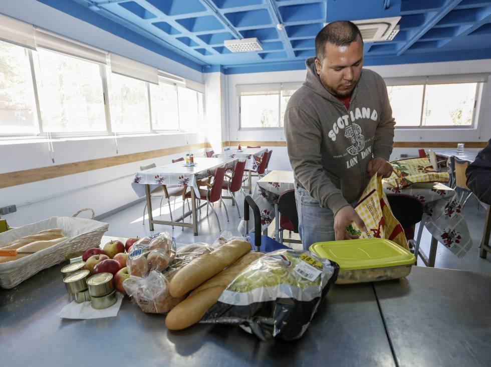 Francisco Yselguez recoge comida del comedor de Caritas en Guadalajara.