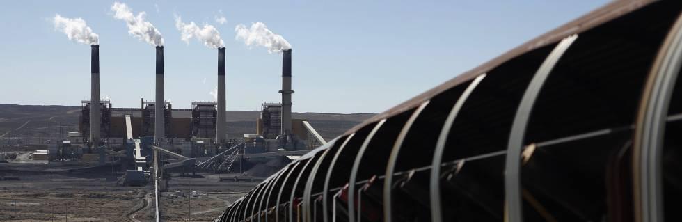 Una cinta transportadora mueve carbón a una central térmica en Wyoming (EE UU).