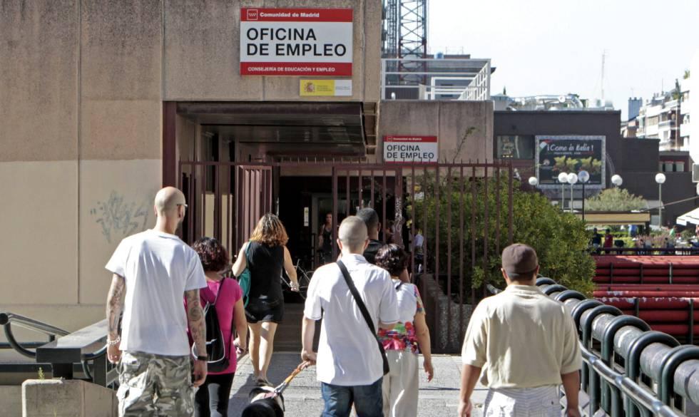 Varias personas se dirigen hacia la oficina de empleo de Azca en Madrid.