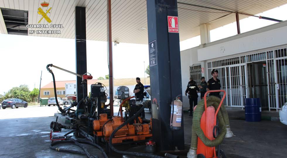 Agentes de la Guardia Civil, durante una operación contra el fraude de hidrocarburos