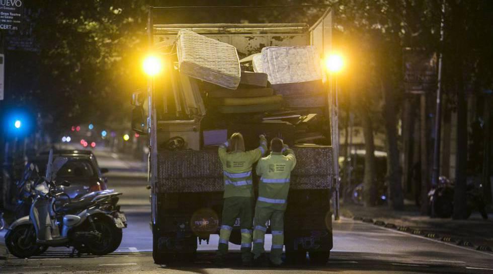 Operarios de FCC recogen muebles y trastos viejos en el distrito del Eixample de Barcelona.rn
