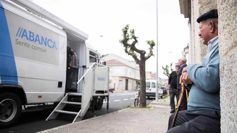 Vecinos de Albarellos de Monterrei (Ourense) ante una sucursal móvil de Abanca.