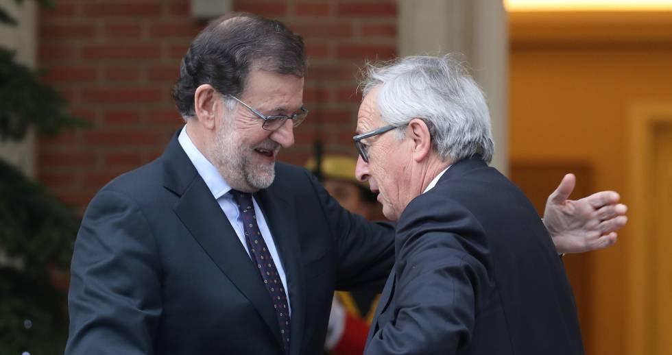 El presidente Mariano Rajoy saluda a Jean-Claude Juncker, presidente de la Comisión Europea, en diciembre de 2016.