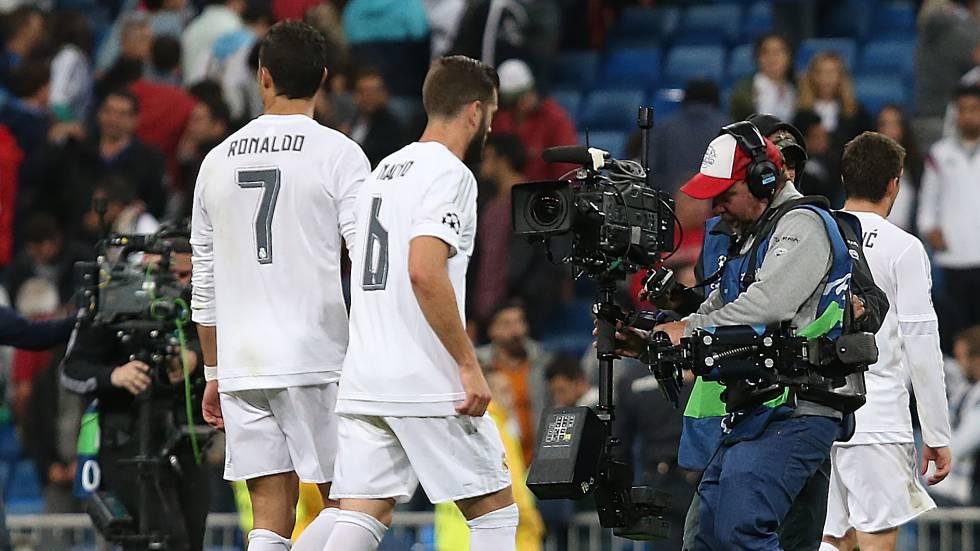 Cámaras de televisión en un partido de la Champions League.