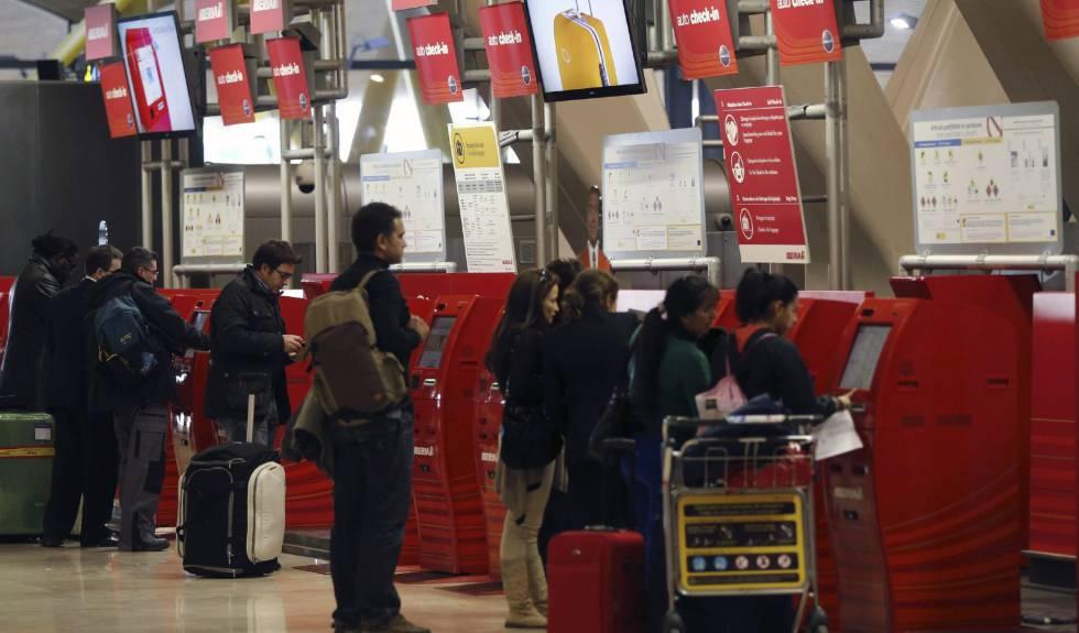 Varias personas, en los mostradores de facturación de Iberia de la T4 del aeropuerto de Madrid-Barajas.