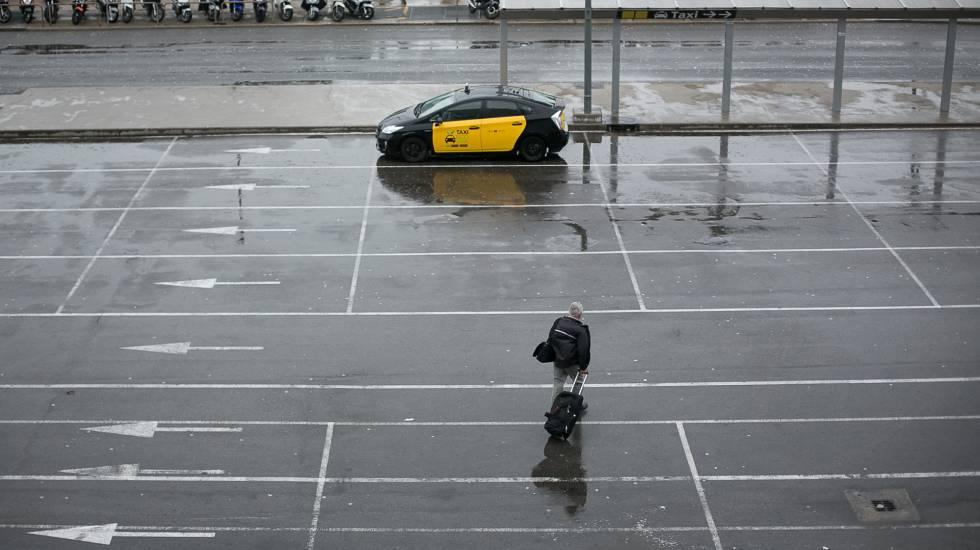 El lugar para taxis en la estación de Sants, en Barcelona, vacía este martes.