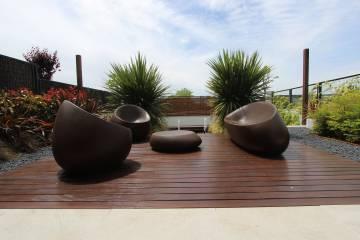 Jardín en dos niveles con una fuente en una vivienda en Alalpardo (Madrid), diseñado por Un Jardín para Mi.