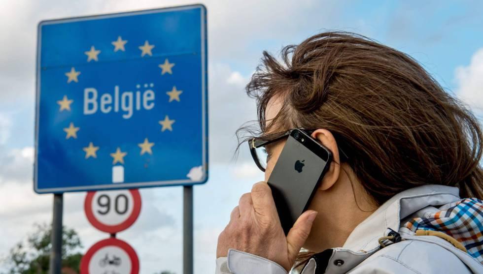 Una mujer usa su móvil en la frontera franco-belga.