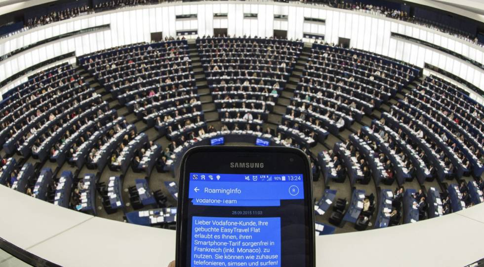 Un SMS muestra información sobre el 'roaming' durante un pleno del Parlamento Europeo en Estrasburgo.