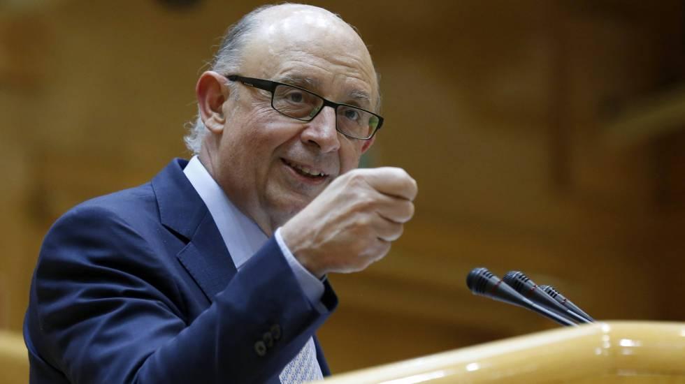 El ministro de Hacienda, Cristóbal Montoro, en el pleno del Senado