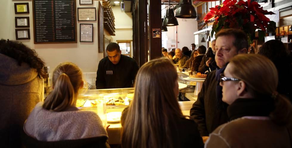 Un camarero en el mercado de San Miguel de Madrid.