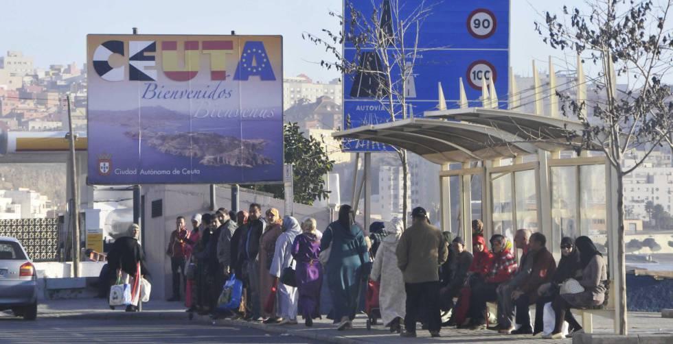 Trabajadores esperando en la frontera entre Ceuta y Marruecos.