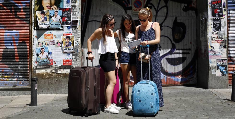 Tres turistas consultan un plano en la madrileña calle Argumosa.