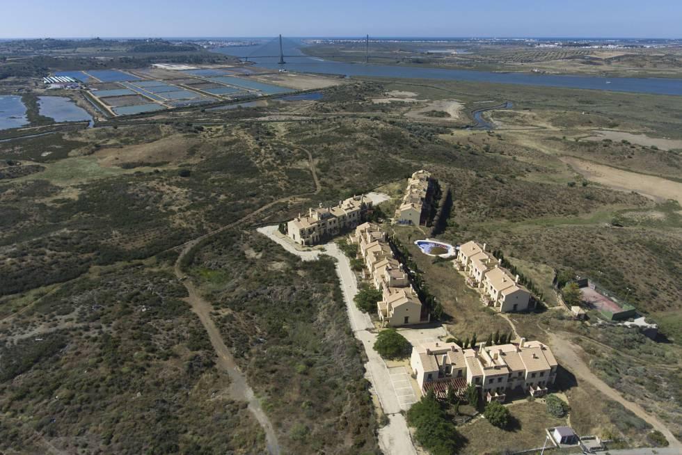 Veduta aerea di case costruite e abbandonate nell'urbanizzazione di Costa Esuri ad Ayamonte (Huelva)