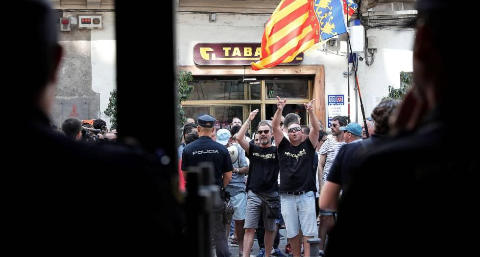 Un centinaio di tassisti ha rimproverato il Ministro dello Sviluppo al Palau de la Generalitat Valenciana.