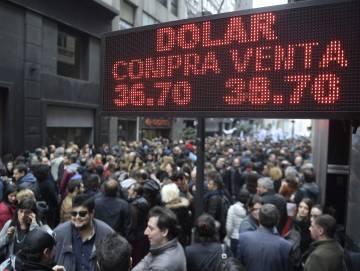 Un panel en una calle peatonal en el centro de Buenos Aires muestra el tipo de cambio del peso del pasado día 3.
