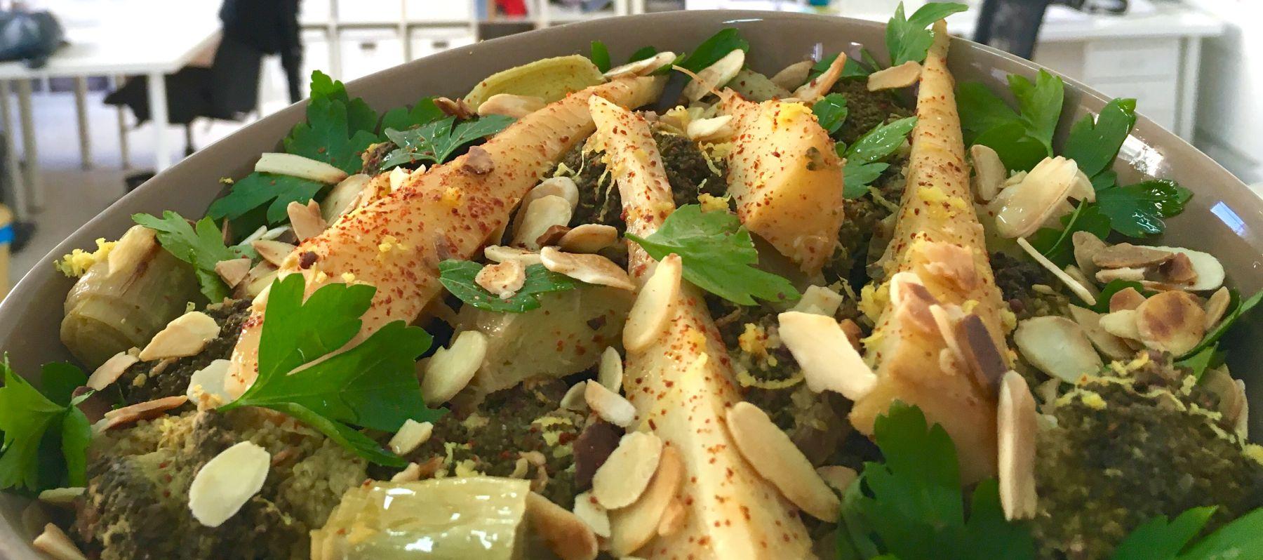 Verduras en cocotte con almendras, perejil y limón