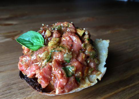 Tartar de ternera con albahaca y tomate seco