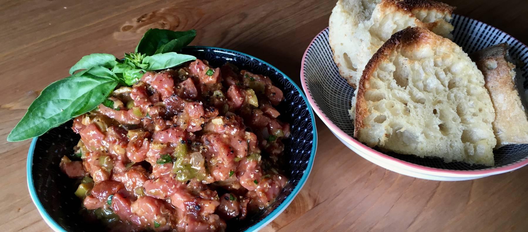 Tartar de ternera con albahaca y tomate seco de Elcomidista.elpais.com