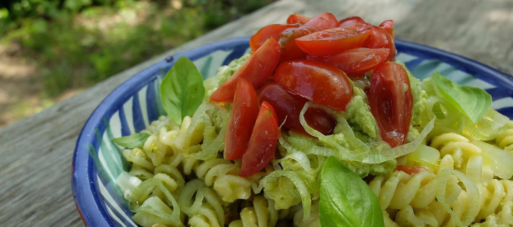 Ensalada de pasta con pesto de aguacate recetas el - Ensalada fresca de pasta ...