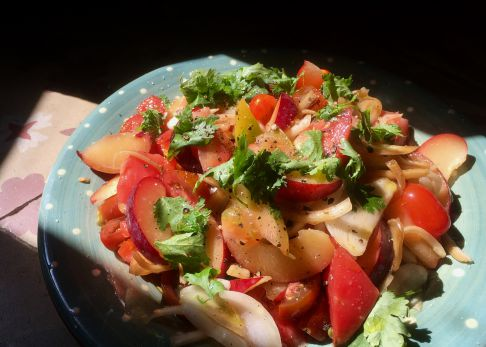 Ensalada de tomates y ciruelas