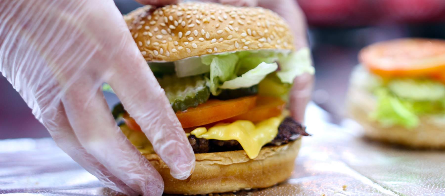 Five guys la cadena de hamburgueser as que triunfa sin for Una comida rapida