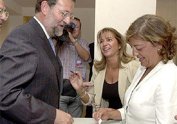 Rajoy entrega su voto durante la reunión de la Junta Directiva Nacional del partido.