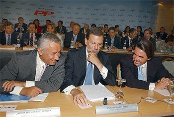 Aznar, Rajoy y Arenas, al inicio de la Junta Directiva Nacional del partido.
