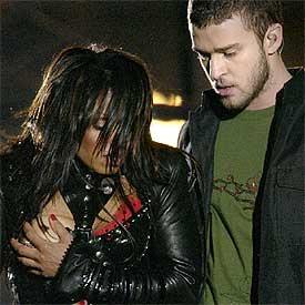 Janet Jackson se tapa un pecho después de que Justin Timberlake se lo descubriera.