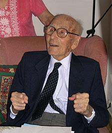 Fotografía de archivo del 2 de Octubre de 2003 de Joan Riudavets Moll, el día en que fue reconocido como el hombre más viejo del mundo.
