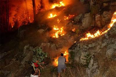 Los vecinos de Untes intentan atajar el fuego que quema los montes entre Santa Cruz de Arrabaldo y Untes.