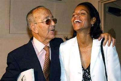 Julio Iglesias Puga, junto a su esposa Ronna Keith, en una foto de archivo tomada en Madrid en julio de 2002.