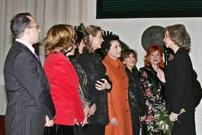La Reina doña Sofía conversa con representantes de las distintas asociaciones de Víctimas del Terrorismo, antes de iniciarse el Concierto.