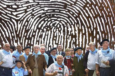 Ibarretxe posa con algunos  gudaris  (soldados vascos) en el acto de homenaje en la cima del monte Artxanda en Bilbao.