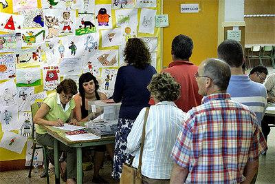 Varios catalanes hacen cola para votar en un colegio lectoral en la Villa Olimpica de Barcelona.