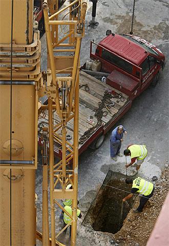 Varios operarios trabajan en la calle Roís de Corella, encima del túnel donde se produjo el accidente.