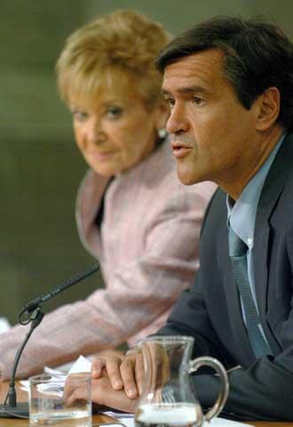 La vicepresidenta primera del Gobierno, María Teresa Fernández de la Vega, y el ministro de Justicia, Juan Fernando López Aguilar, hoy, tras la reunión del Consejo de Ministros.