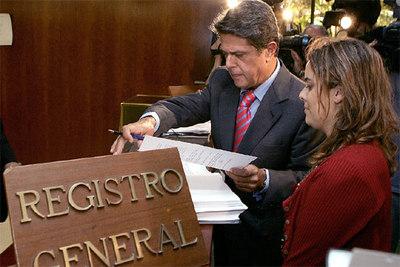 Federico Trillo y Soraya Sáenz de Santamaría, en el Registro General del Tribunal COnstitucional, donde han presentado el recurso contra el Estatuto.