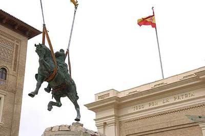 Una grúa retira la estatua ecuestre de Francisco Franco que presidía el acceso principal de la Academia General Militar de Zaragoza.