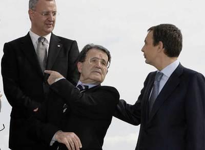 Zapatero y Prodi conversan en presencia del ministro español de Trabajo, Jesús Caldera.