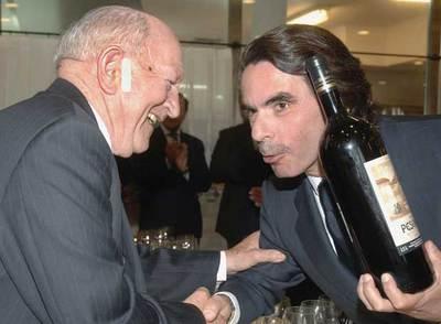 José María Aznar recibe una botella 'magnum' de manos del bodeguero Alejandro Fernández antes de recibir la Medalla de Oro de la Academia del Vino de Castilla y León, hoy en Valladolid.