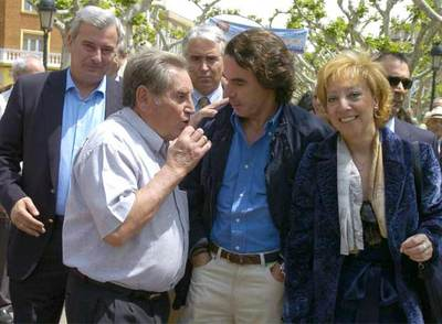 José María Aznar charla con un vecino de Calatayud durante el recorrido que ha efectuado hoy por la ciudad