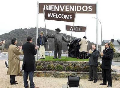 Pepe Isbert saluda desde hoy a los visitantes de la localidad madrileña donde se rodó el filme.