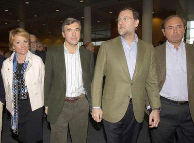 El líder del Partido Popular llegó a la conferencia política del Partido Popular sobre educación acompañado de Esperanza Aguirre, Ángel Acebes y Pío García Escudero
